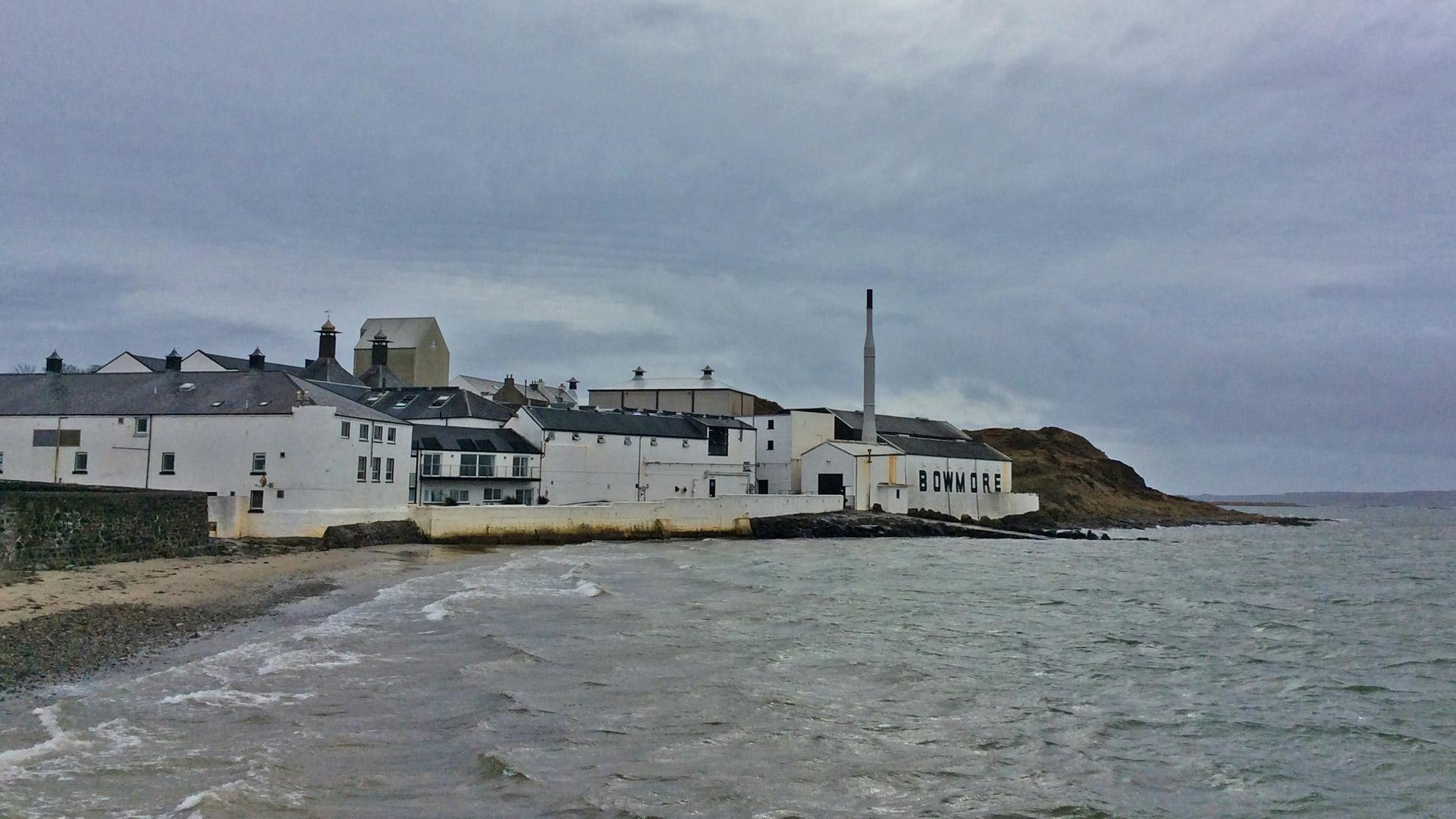 Die Bowmore-Destillerie auf Islay mit den legendären No.1 Vaults, dem ältesten Whiskylagerhaus Schottlands. (Foto: Malt Whisky)