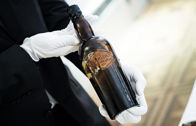 Ordentlich ramponiert: Die versiegelte Flasche des Old Vatted Glenlivet Whiskys. (Foto Wealth Solutions)