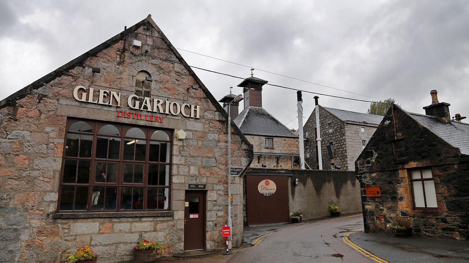 Die Glen Garioch Distillery bei typisch schottischem Wetter (Foto: Jonas Ingold / Flickr)