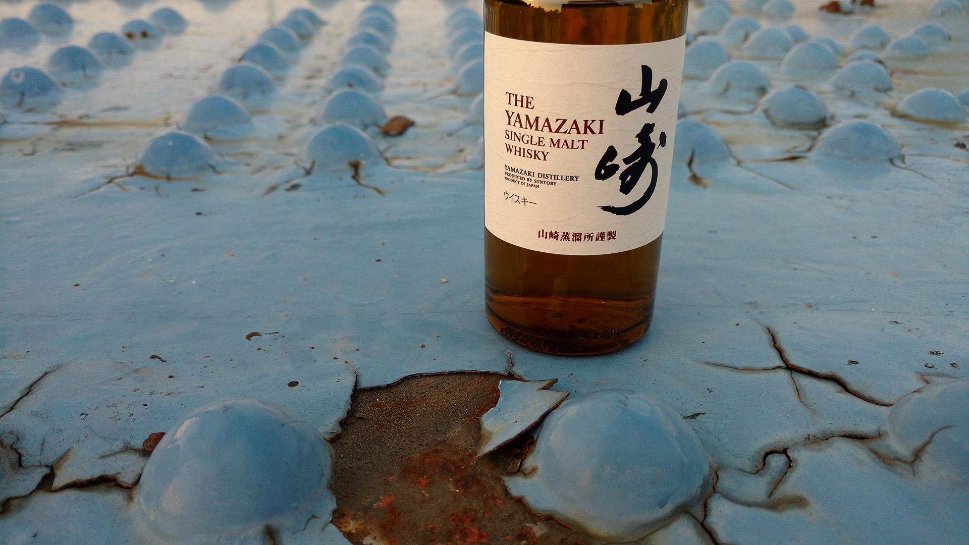 Yamazaki Single Malt bei Sonnenuntergang auf einer Brücke in Tokio (Foto: Malt Whisky)