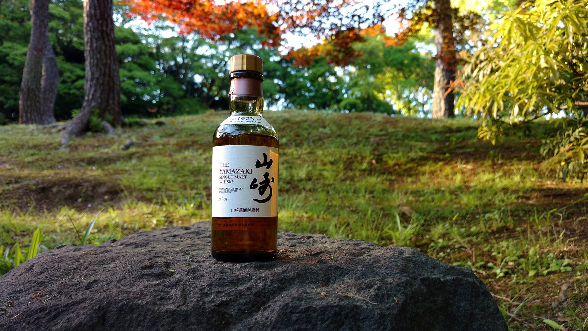 Die Japaner staunten nicht schlecht, als ich den Yamazaki für dieses Foto aufstellte (Foto: Malt Whisky)
