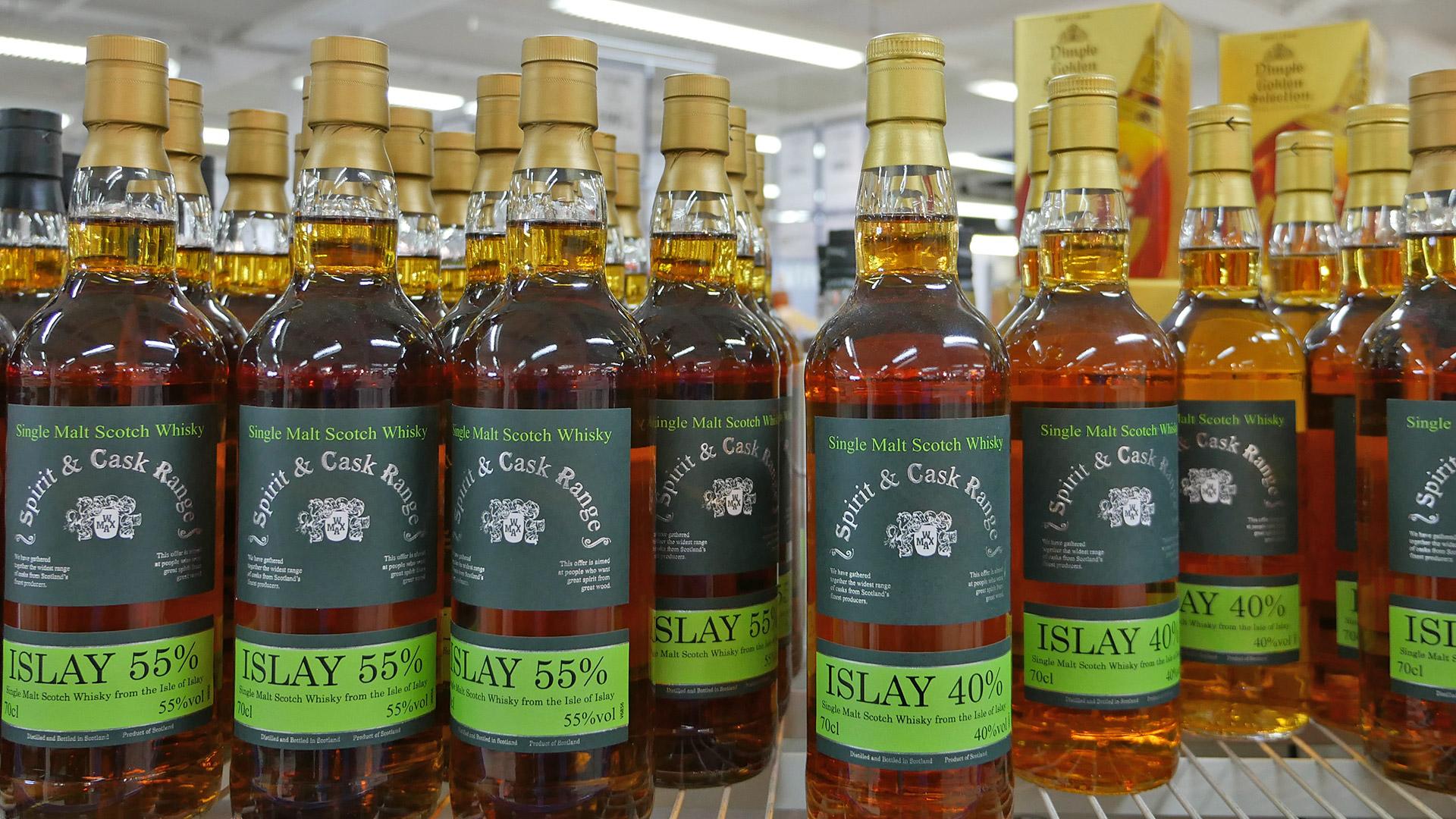 Welche Islay-Destillerie da wohl drin ist? Die Spirit & Cask Range von Whiskymax bringt einen Islay Single Malt mit 55 % in die Flasche (Foto: Malt Whisky)