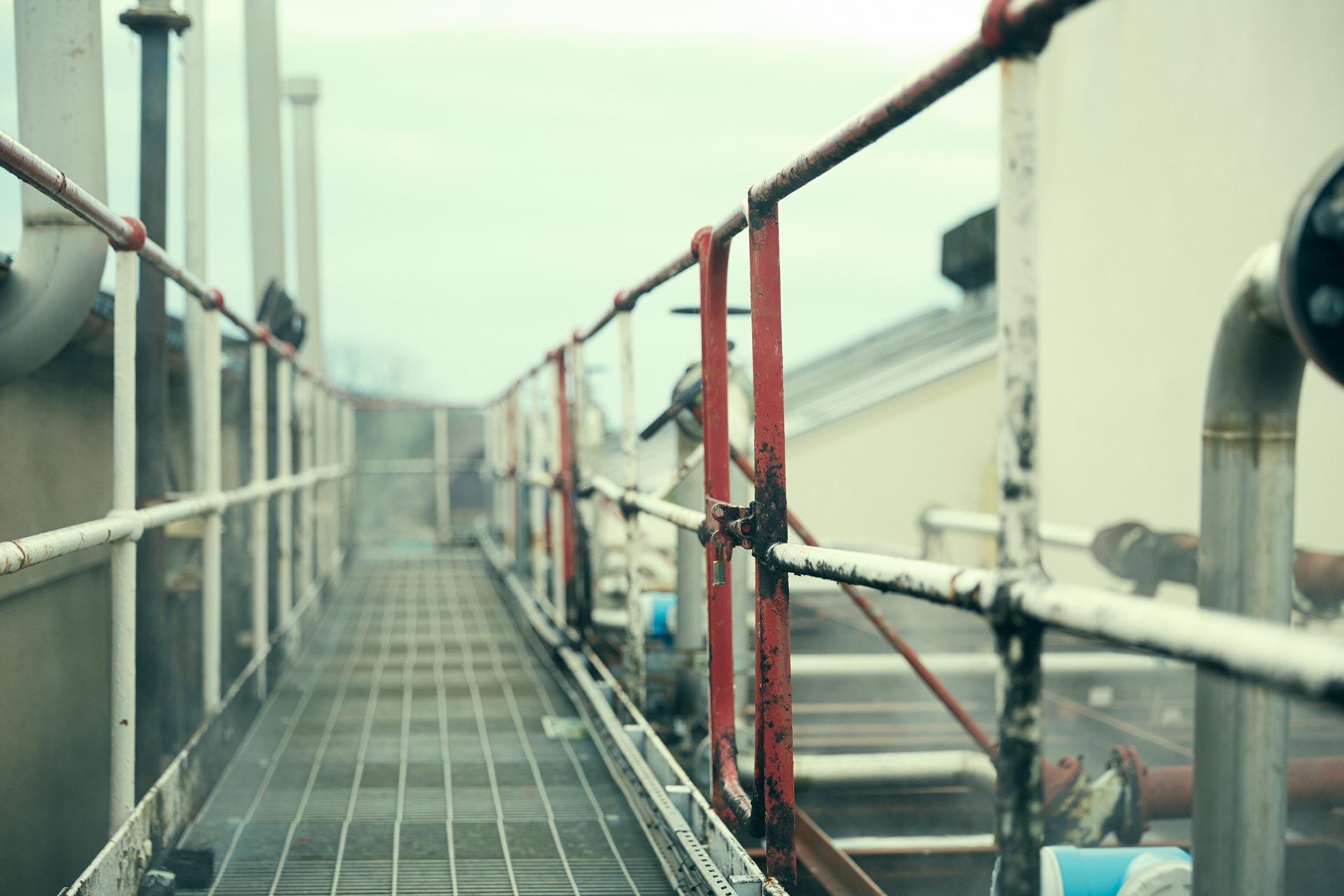 Über den Worm Tubs kann man auf einem Metallsteg entlanggehen (Foto: Hersteller)