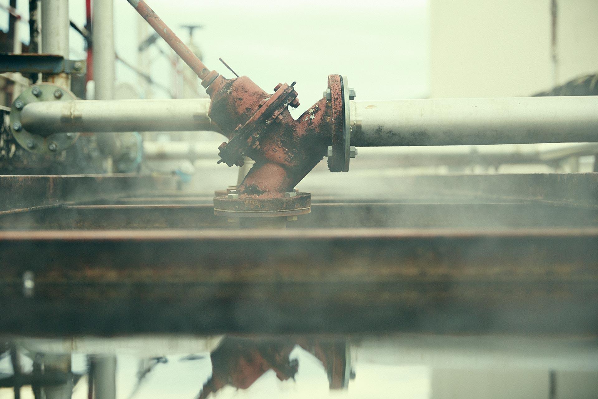 Dampf steigt aus dem Kühlbecken empor - kein ganz alltäglicher Anblick in einer schottischen Brennerei (Foto: Hersteller)