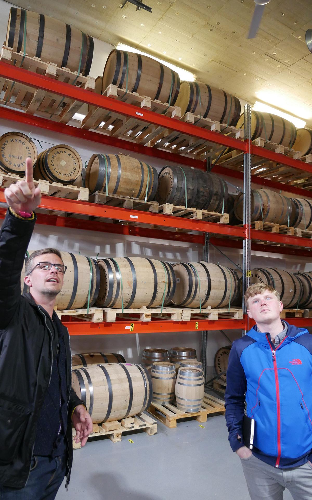 Vielfältige Holzfässer: Miko Heinilä erklärt das Fasslager. (Foto: Alkoblog