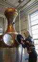 Marttaleena Ruohomaa reinigt die Brennblase. (Foto: Malt Whisky)