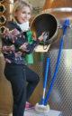 Marttaleena bei der Arbeit: Die Reinigung von Stills ist echte Handarbeit. (Foto: Malt Whisky)