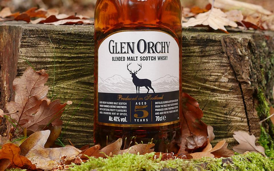 Die dreieckige Flasche des Glen Orchy Blended Malt Whisky mit Hirsch weckt Assoziationen an Glenfiddich (Foto: Malt Whisky)