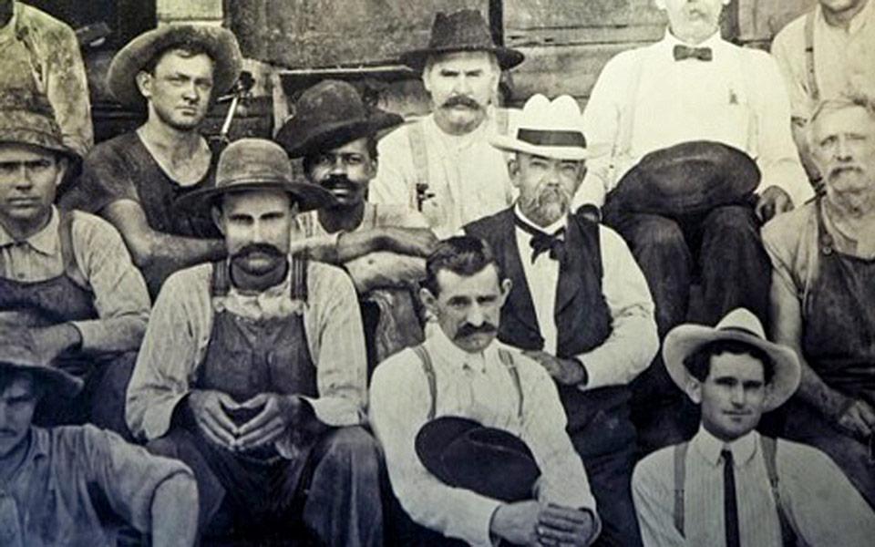 Jack Daniel (mit weißem Hut) sitzt neben einem Afro-Amerikaner, vermutlich sein Freund und Kollege George Green, ein Sohn von Nearest Green (Foto: Nearest Green Foundation)