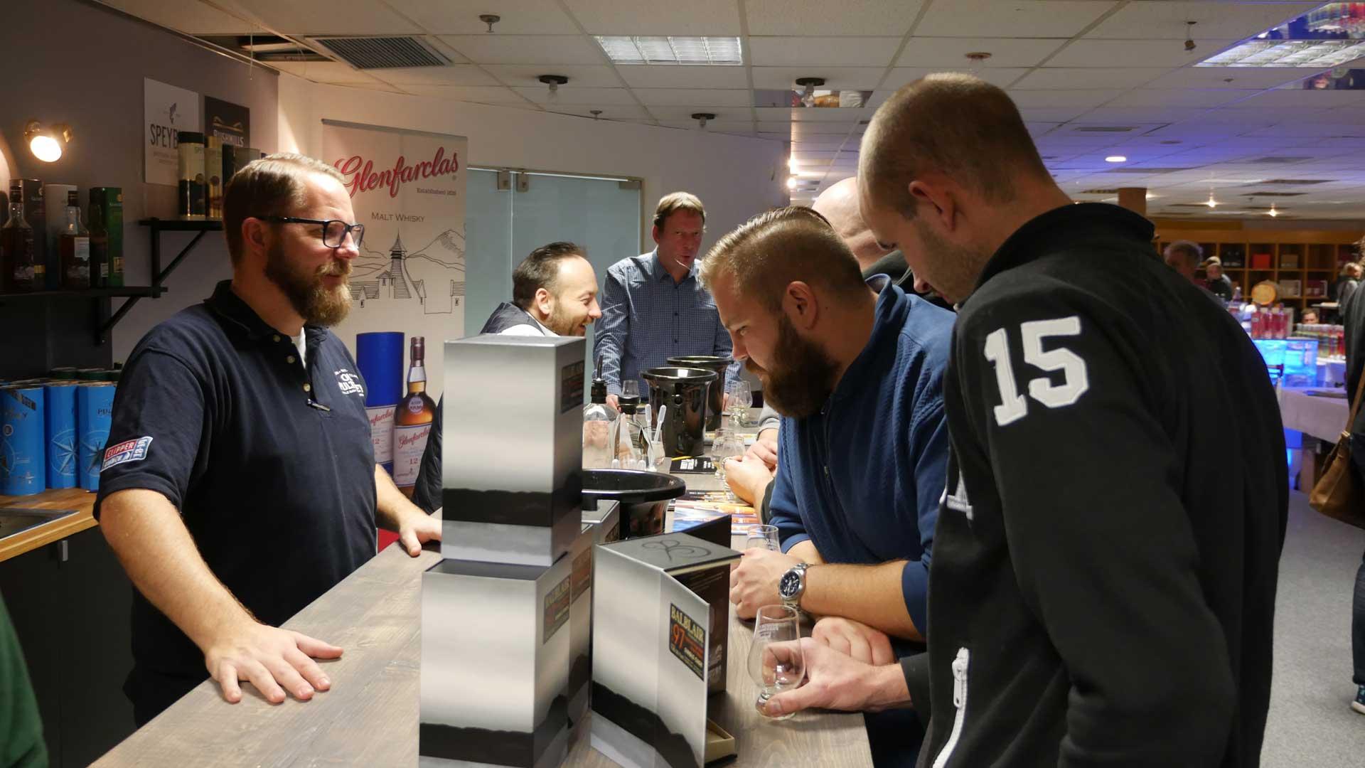 Eine große Auswahl an erlesenen Abfüllungen und eine fundierte Beratung sind bei Whisky-Messen selbstverständlich (Foto: Alkoblog)
