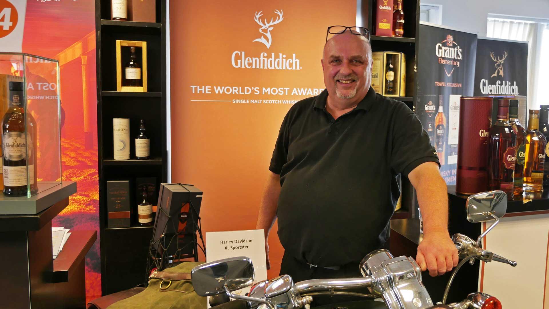 Treffpunkt Whisky-Messe: Hans-Henrik Hansen hat die größte Glenfiddich-Sammlung der Welt und kann viele Geschichten über die Destillerie erzählen. (Foto: Alkoblog)
