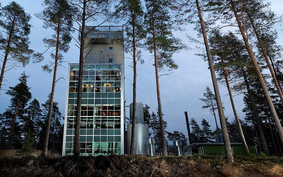 """Die """"Gravitationsdestilleriet"""" genannte Brennerei von Mackmyra im vertikalen Format (Foto: Simon Cederqvist, Johan Olsson / Mackmyra)"""