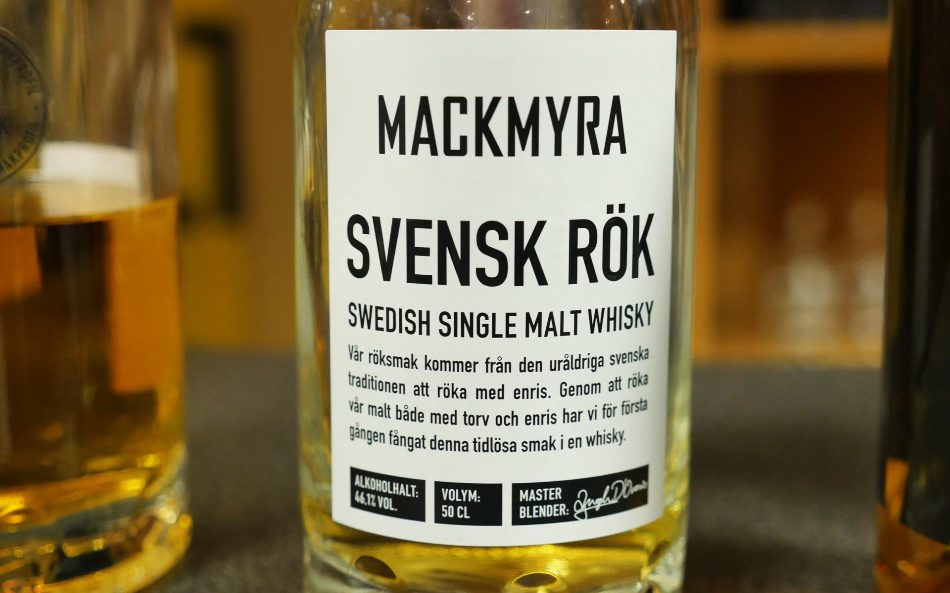 Markantes Design mit viel Schrift: Mackmyra Svensk Rök kommt ohne schmückendes Beiwerk aus. (Foto: Malt Whisky)