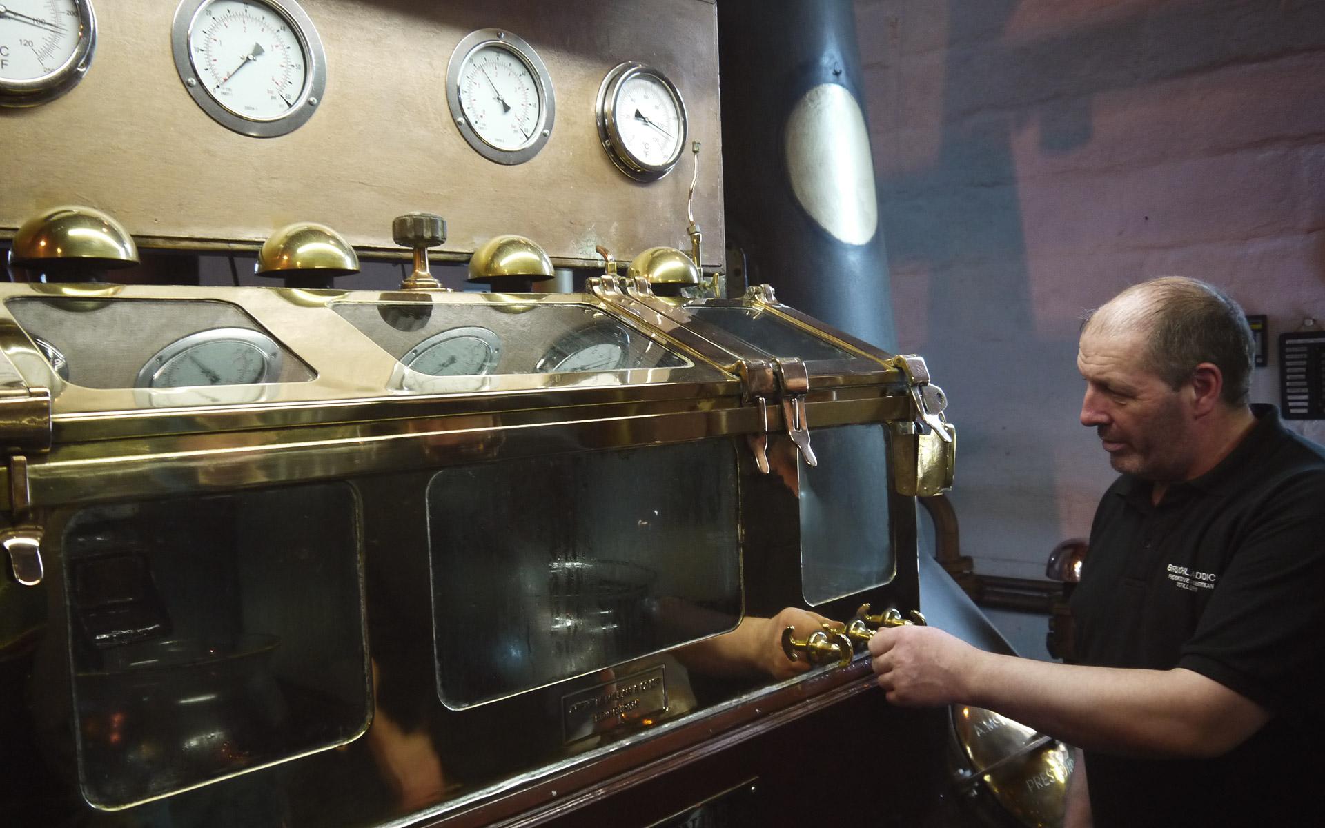 Der Master Distiller und seine Mitarbeiter haben viel Einfluss auf den Torfgehalt im späteren Whisky - hier der Spirit Safe von Bruichladdich (Foto: Malt Whisky)