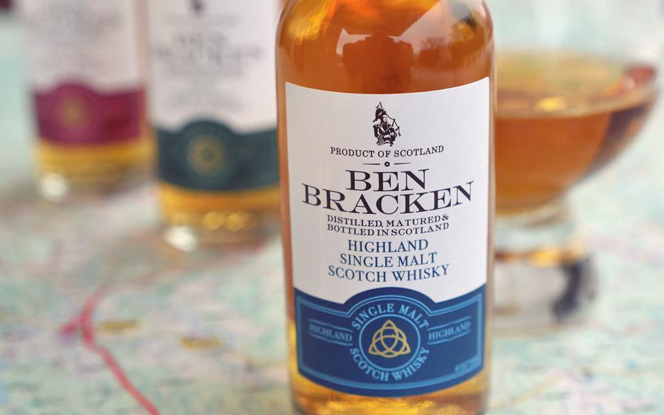 Die blaue Banderole kennzeichnet den Highland-Malt von Ben Bracken (Foto: Malt Whisky)