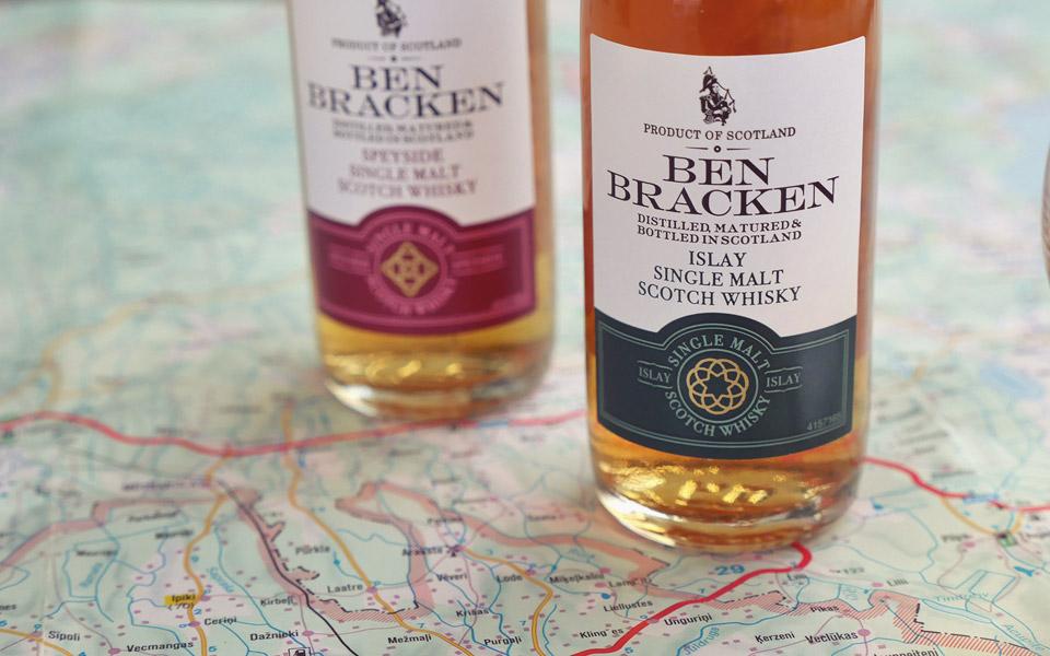 Dunkelgrün ist bei Ben Bracken die Farbe für den Single Malt der Insel Islay (Foto: Malt Whisky)