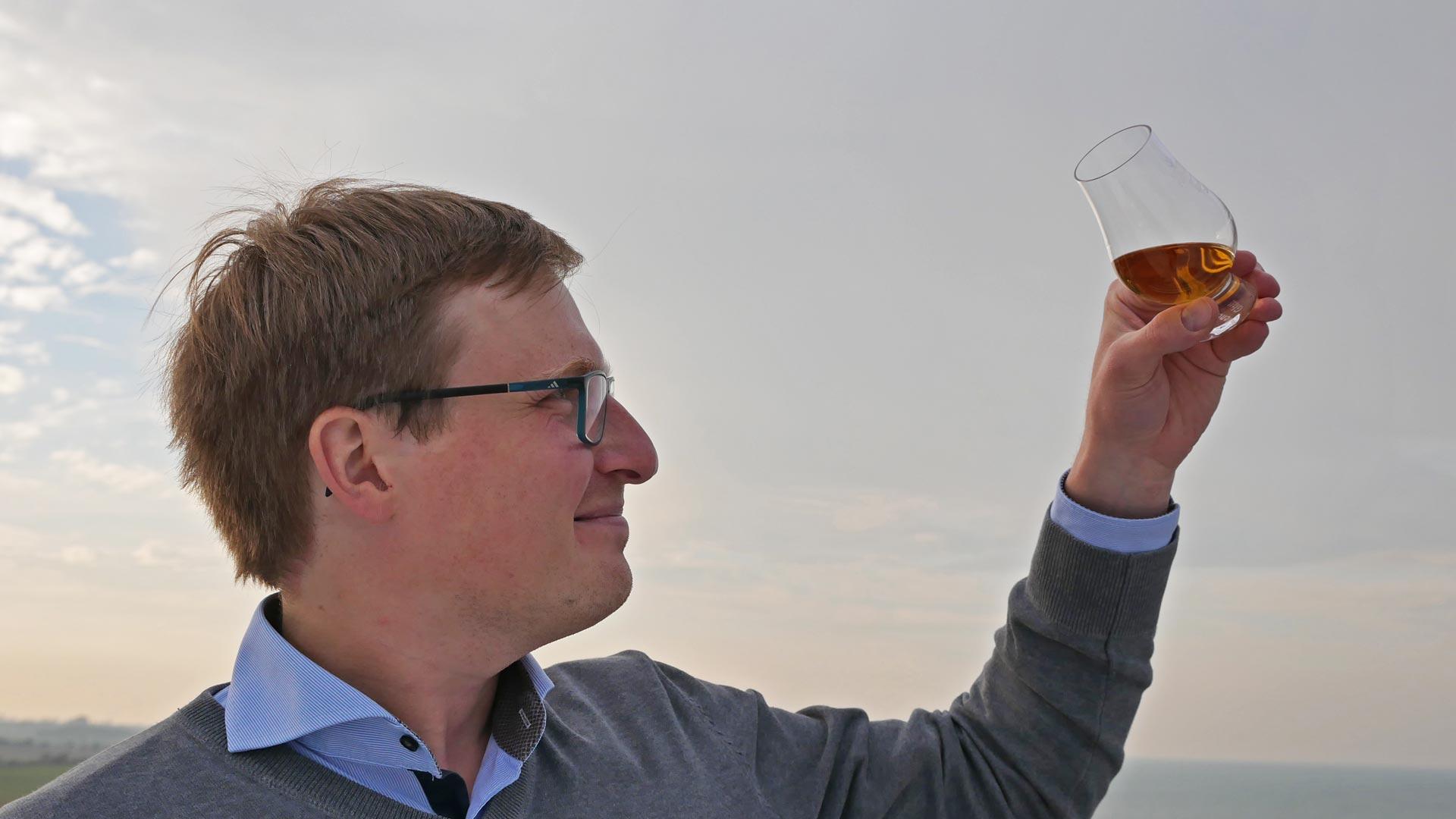 Da die meisten Single Malts mit Karamellfarbe nachgefärbt wurden, ist die farbliche Bewertung von Whisky häufig praktisch obsolet. (Foto: Malt Whisky)