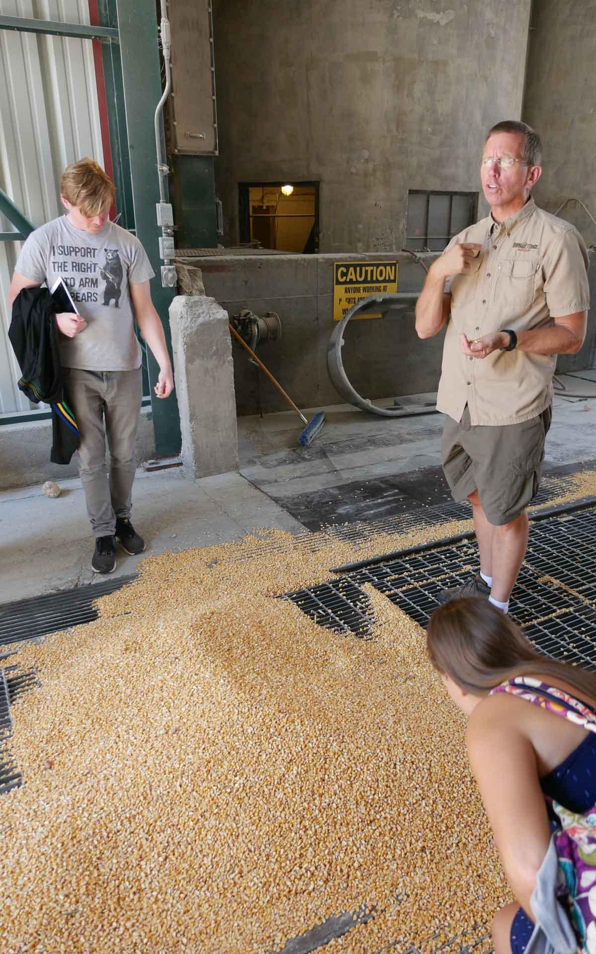 """Malt Whisky-Redakteur im Gespräch mit Lee von Buffalo Trace während eines Destillerie-Besuchs: """"Corn plays the major role in the mash bill of bourbon whiskey, but we also use rye and malted barley in our mash bill."""" (Foto: Malt Whisky)"""