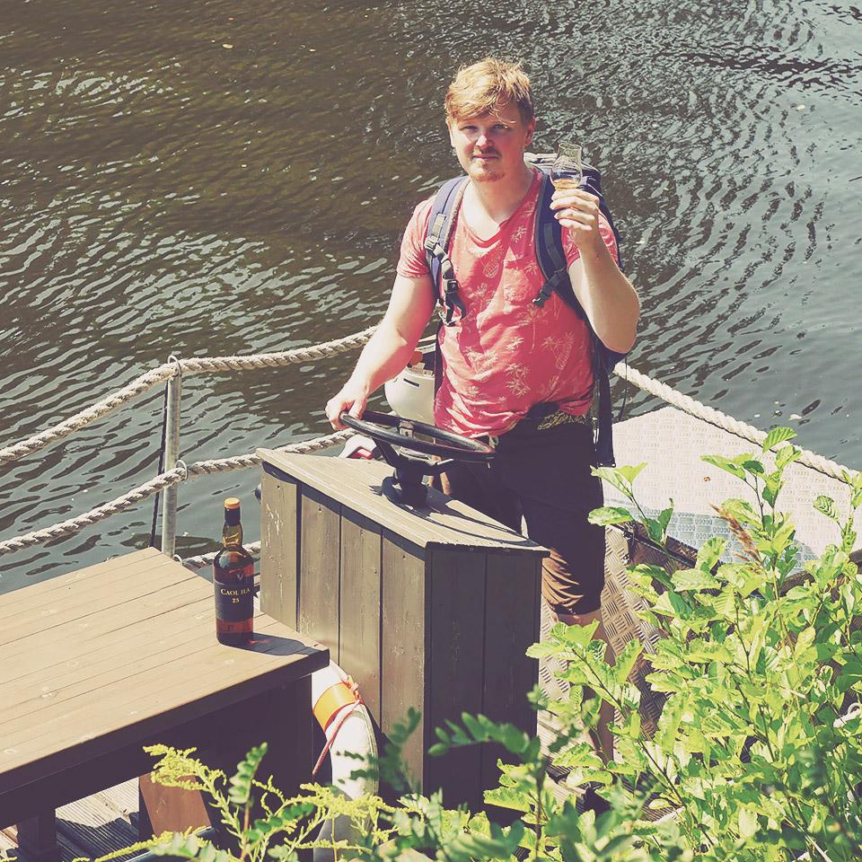 Caol Ila 25 an Bord: Malt Whisky-Redakteur Sammy hat das Steuer bei der Verkostung in der Hand (Foto: Malt Whisky)