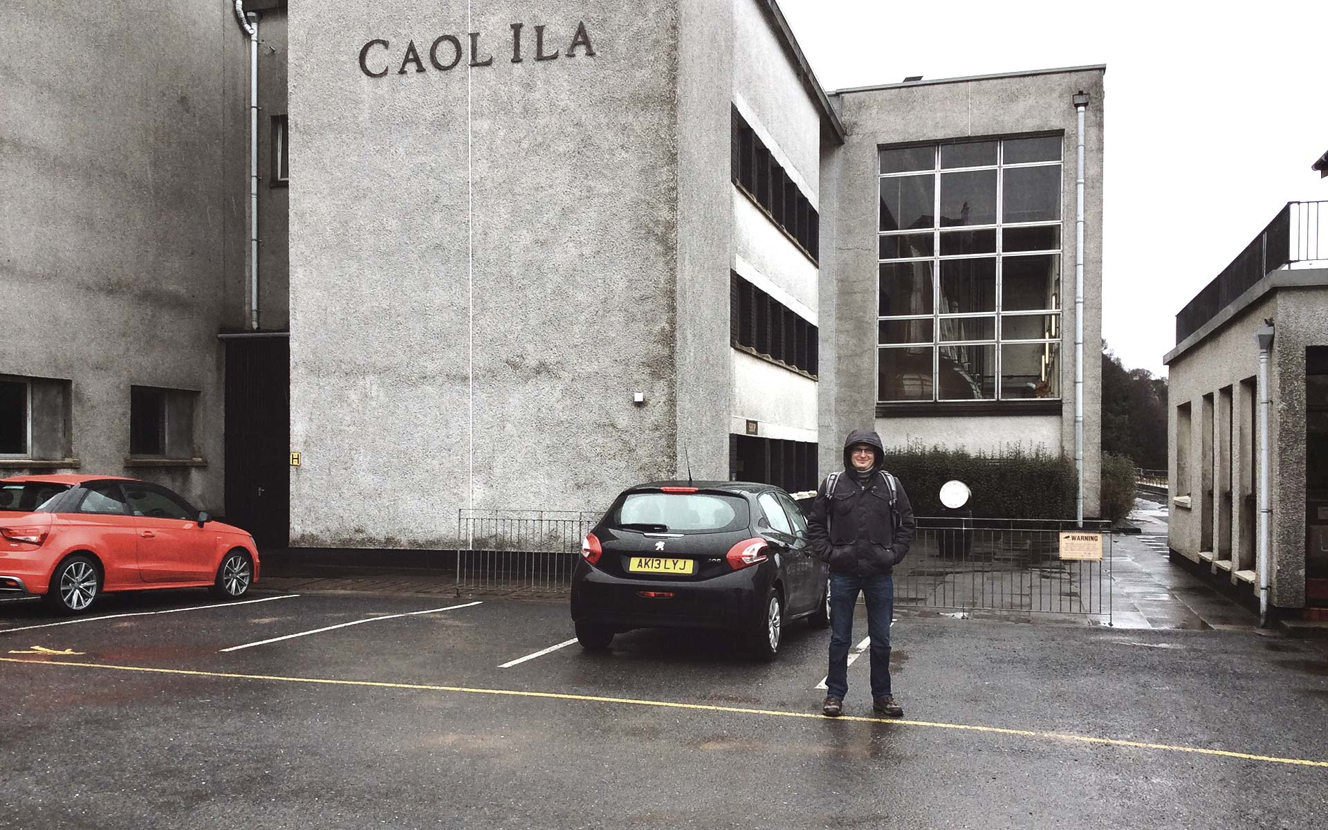 Malt Whisky-Redakteur Lukas vor der Caol Ila-Destillerie: Unser Mietwagen war übrigens der kleine Peugeot und leider nicht der rote Audi (Foto: Malt Whisky)