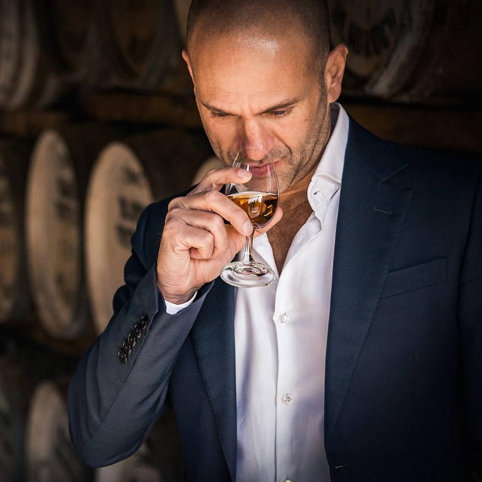 David Prior verkostet einen Bladnoch-Whisky (Foto: Hersteller)