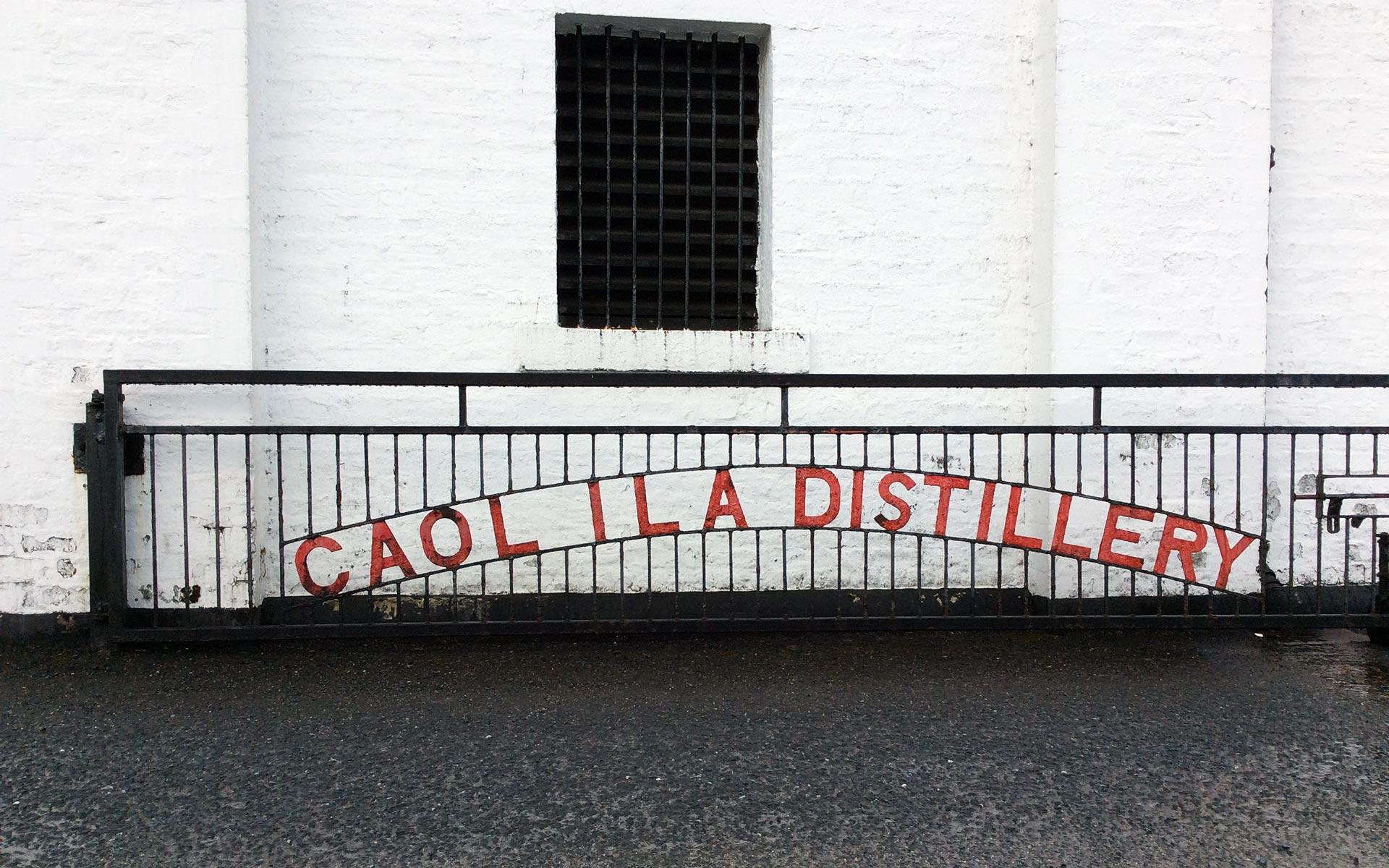 Auch am markanten Destillerie-Tor von Caol Ila hat die Witterung ihre Spuren hinterlassen (Foto: Malt Whisky)
