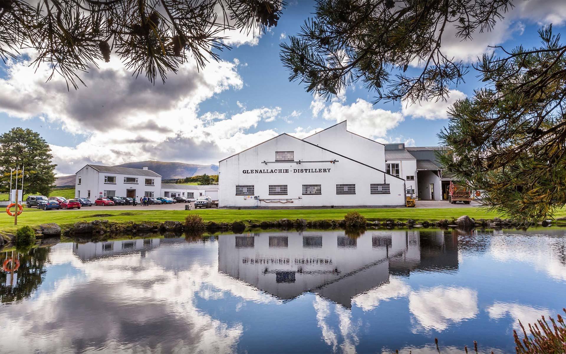Die GlenAllachie-Destillerie südlich von Aberlour mit Löschteich (Foto: Hersteller)
