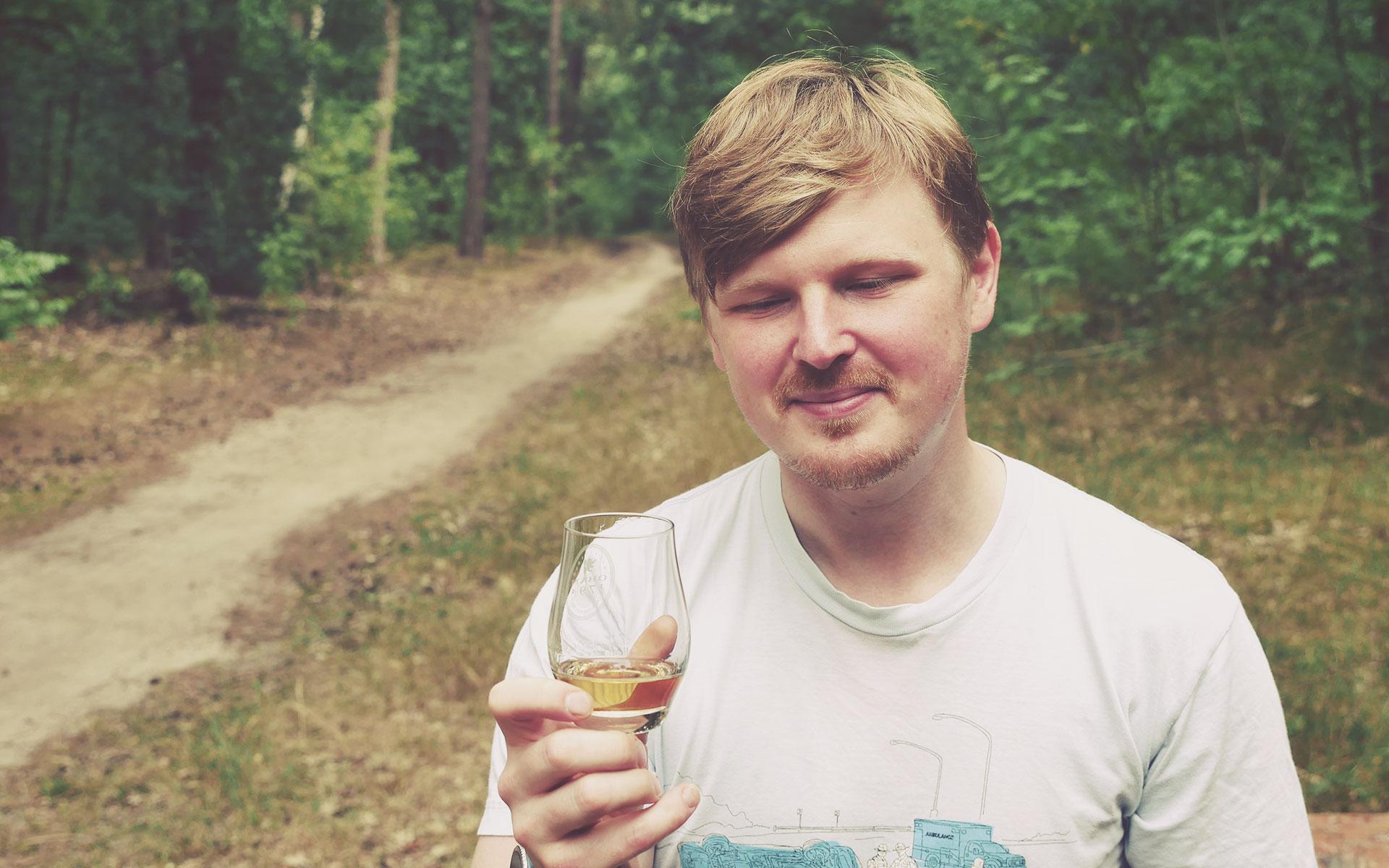 Samuel probiert den GlenAllachie 12 Jahre im sommerlichen Wald von Potsdam (Foto: Malt Whisky)
