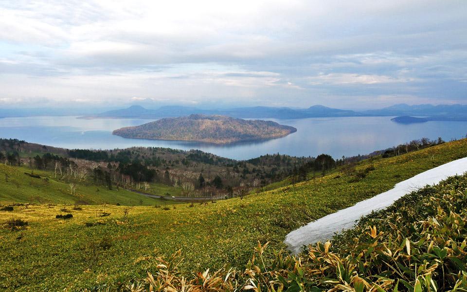 Japan bietet magische Landschaften (wie hier Lake Kussharo auf Hokkaido) - und ist Heimat vorzüglicher Blends (Foto: Malt Whisky)