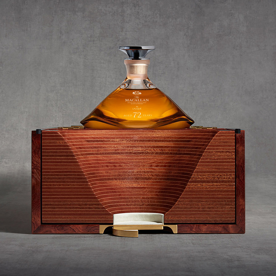 Eine Präsentation fast wie ein Altar: Der Macallan 72 Jahre im Lalique Dekanter mit Holzbox (Foto: Macallan)