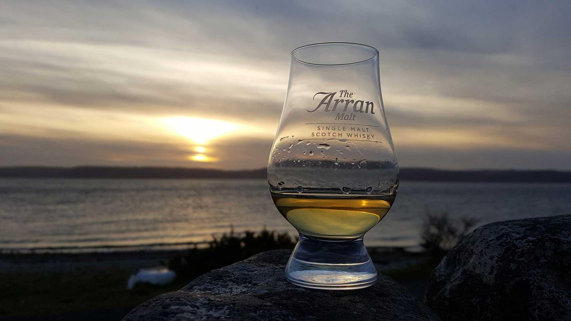 Der Whisky von Arran schmeckt nicht nur beim Insel-Sonnenuntergang gut. (Foto: Arran Distillery)