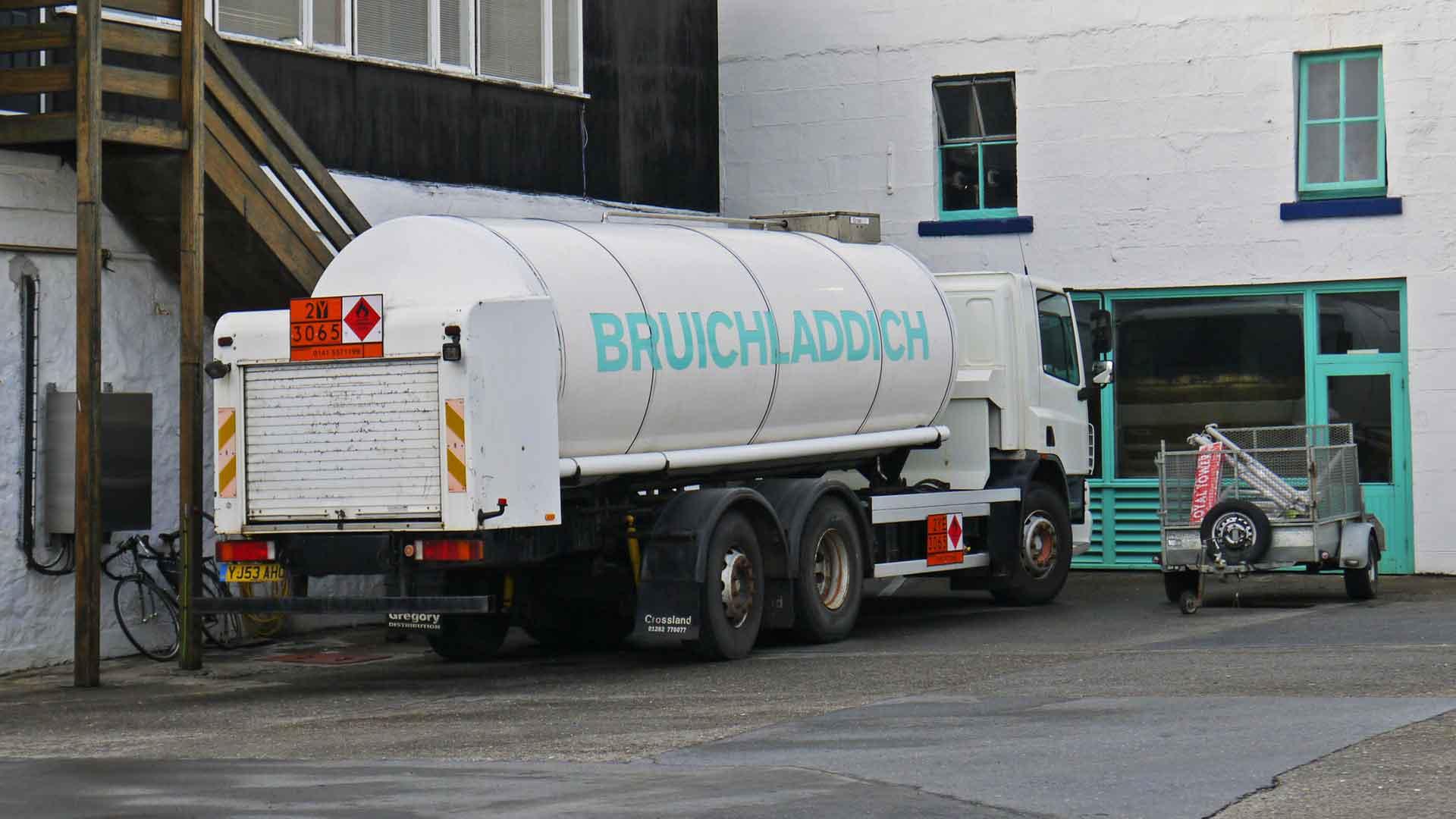 Die Whiskys von Bruichladdich werden in Tanklastwagen wie diesem transportiert (Foto: Malt Whisky)
