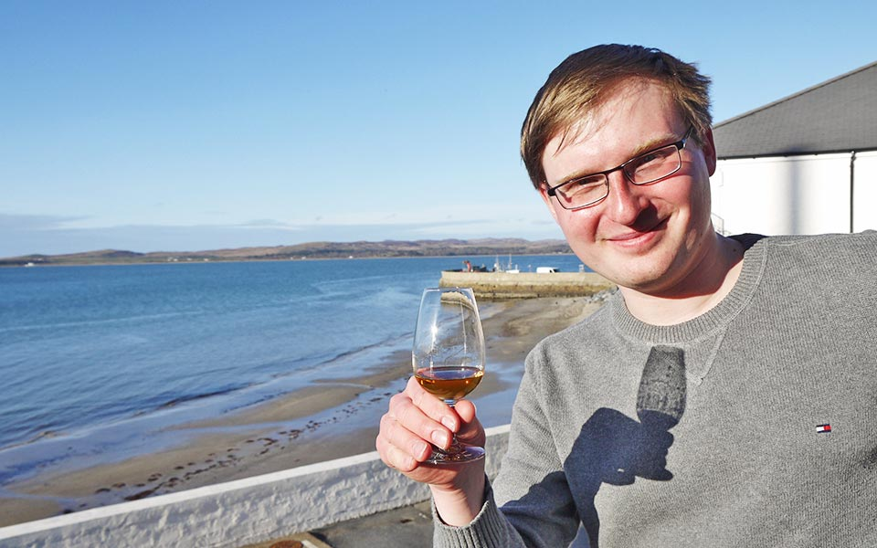 Der perfekte Ort für ein Dram: Auf dem Tasting-Balkon von Bowmore (Foto: Malt Whisky)