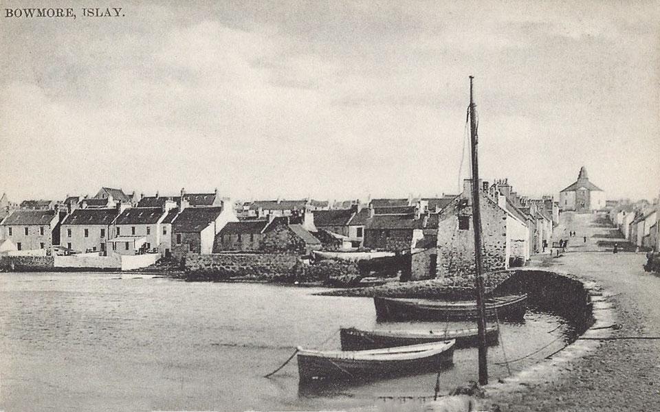 Bowmore war ein verschlafenes Nest - und ist es bis heute. Postkarte von 1910 mit der kreisrunden Kirche im Hintergrund. (Foto: Public Domain)