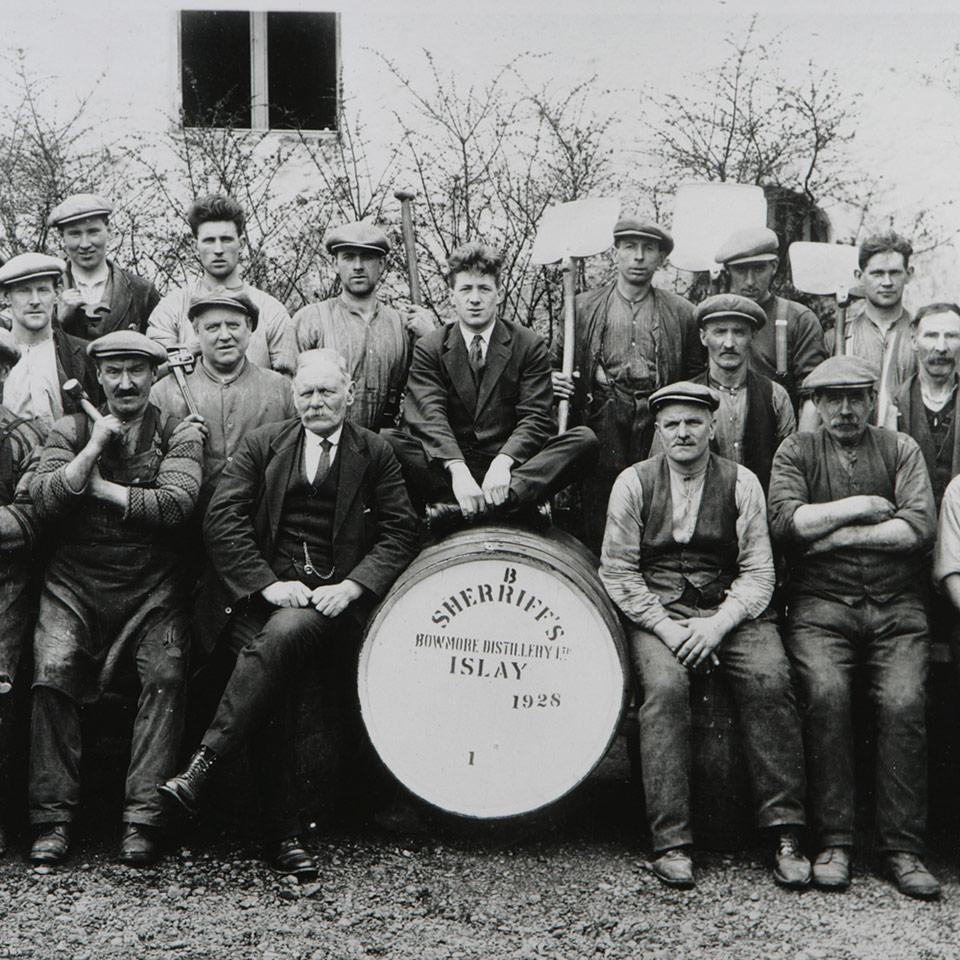 Harte Arbeit: Im Jahr 1928 waren viele Mitarbeiter zum Betrieb von Bowmore nötig (Foto: Beam Suntory)