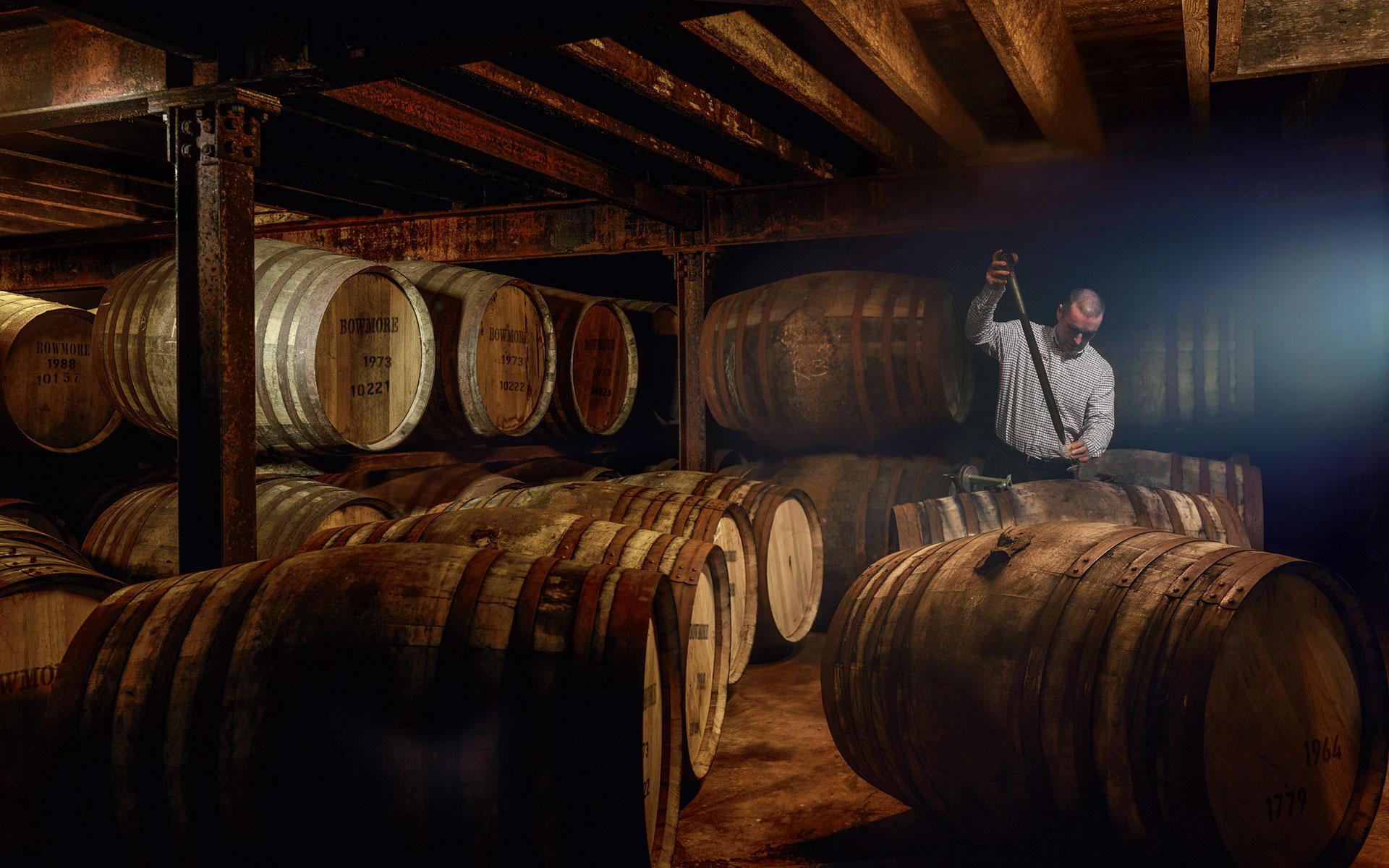 Regelmäßig werden mit einer Valinch kleine Proben aus den Fässern genommen, um die Qualität des Whiskys zu überprüfen (Foto: Beam Suntory)
