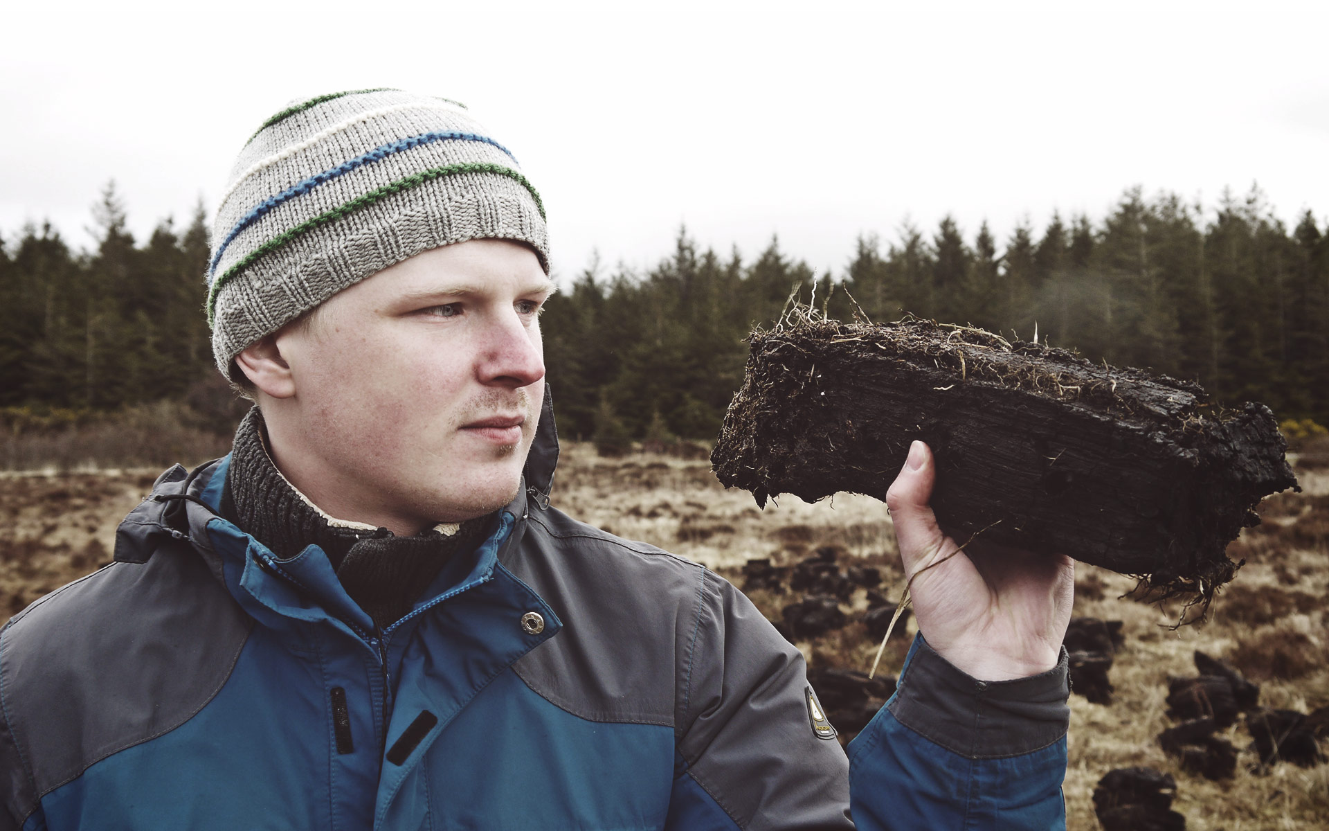 Torf lässt sich in Ballen wie diesen abstechen. Malt Whisky-Redakteur Samuel hat sich ins Moor gewagt... (Foto: Malt Whisky)
