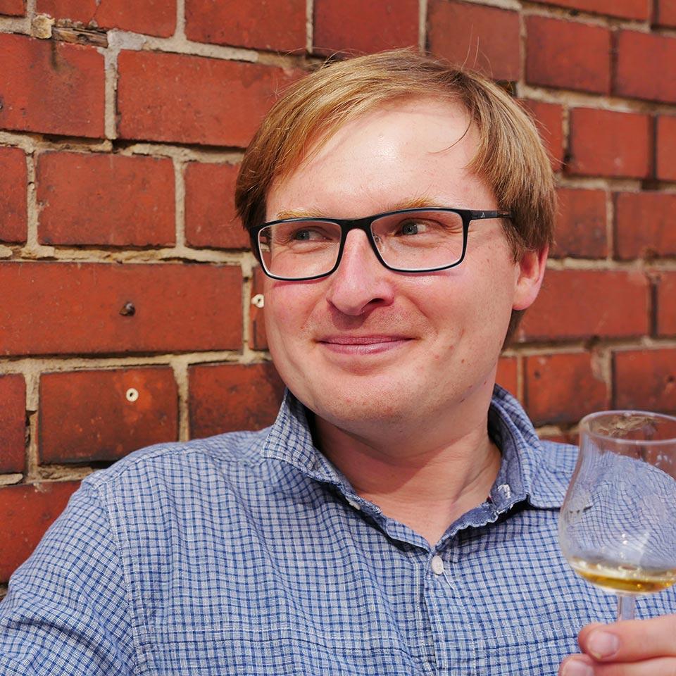 Was ist da nur drin im Glas? Malt Whisky-Redakteur Lukas weiß es auch nicht... (Foto: Malt Whisky)